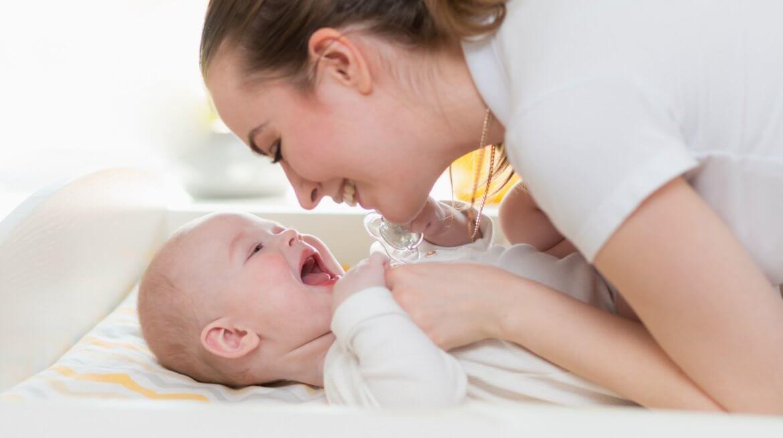 mama i niemowlę zabawa