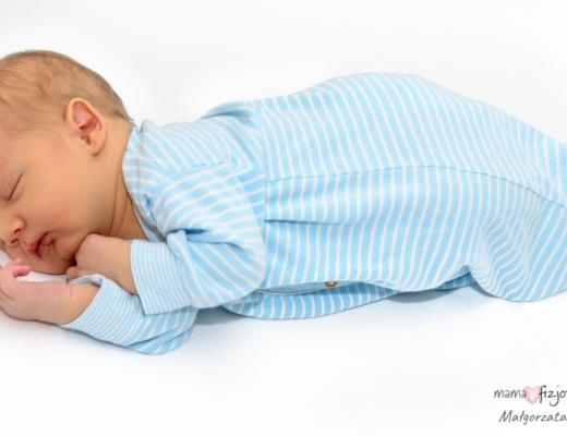 czy niemowlę może spać na boczku